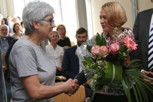 Frau Ministerin Birgit Hesse (Bildung, Wissenschaft und Kultur des Landesministeriums M-V) gratuliert der 20.000. NAKO-Teilnehmerin in M-V
